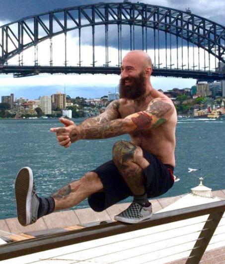 Sentadilla a una pierna o pistol squat para piernas fuertes y grandes.