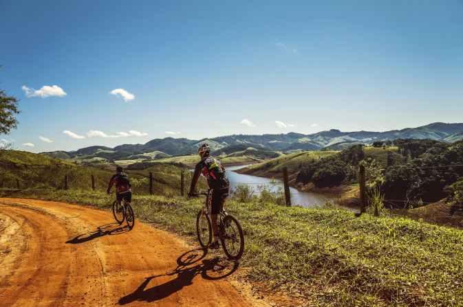 La imagen tiene un atributo ALT vacío; su nombre de archivo es cyclists-trail-bike-clouds-163407.jpeg